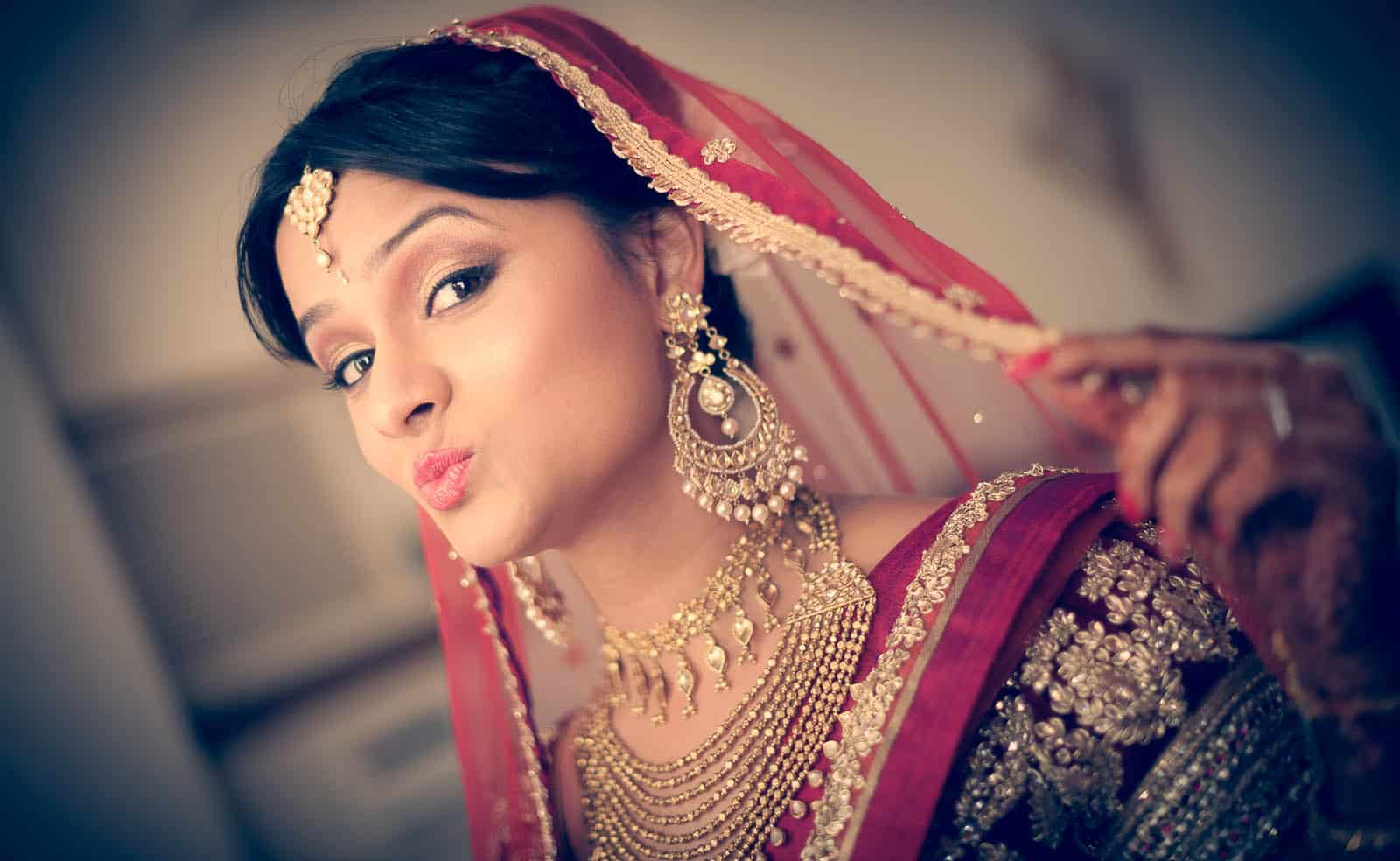 anoop-wedding-photographer-bride-getting-ready-kiss