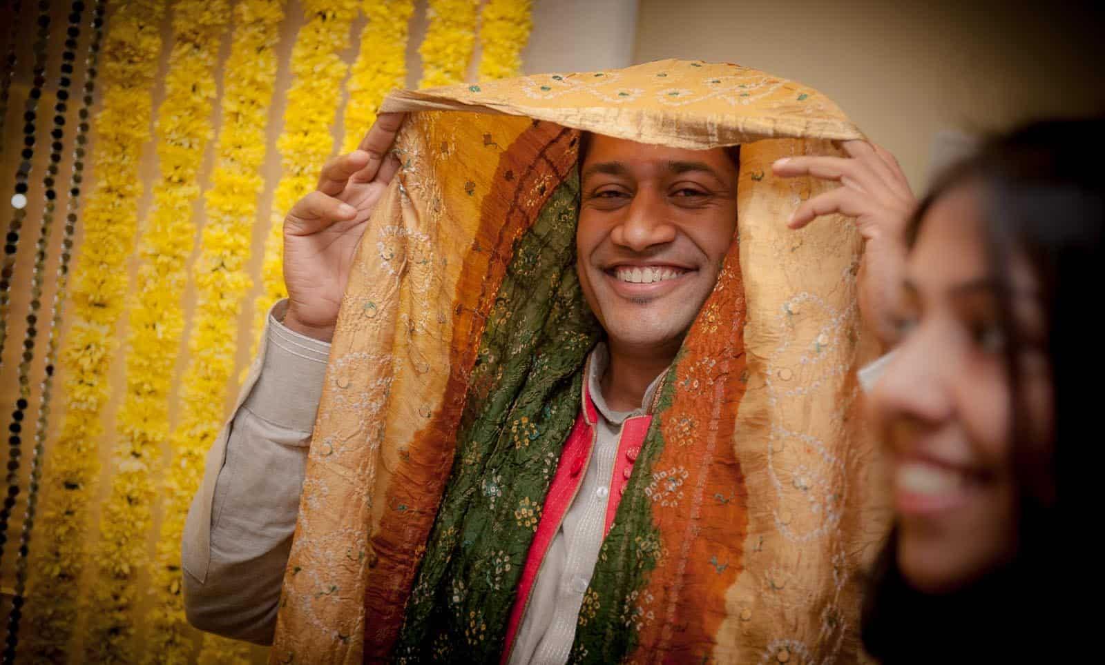 anoop-wedding-photographer-mehendi-ceremony-groom-shy