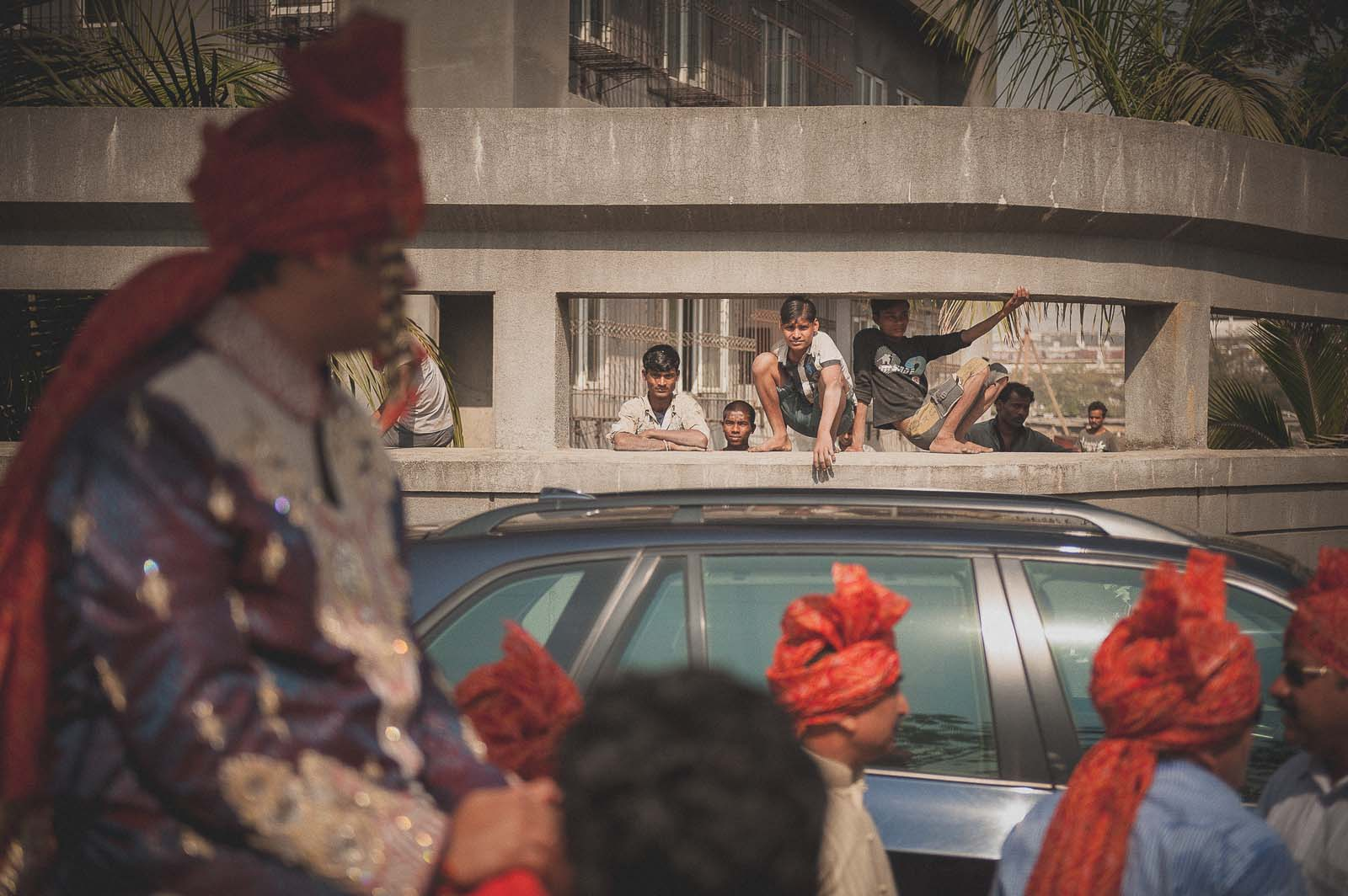 anoop-wedding-photographer-baraat-mumbai-street-spectacle