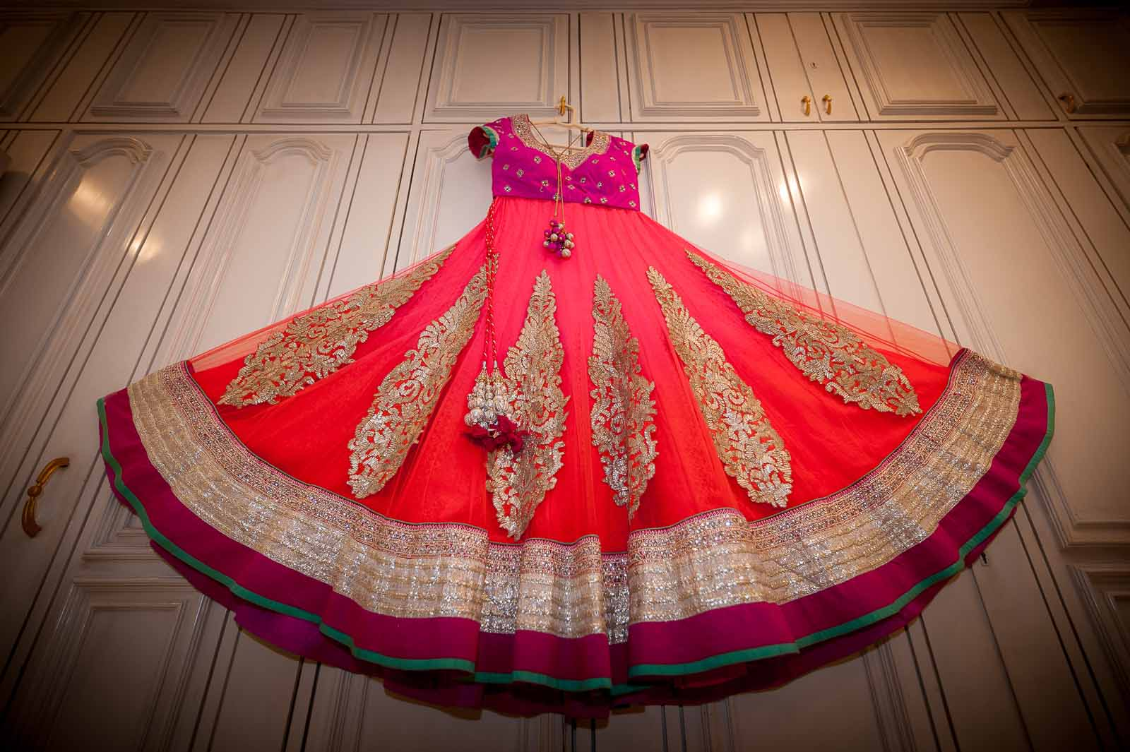 anoop-wedding-photographer-detail-bride-red-lehenga-pink-blouse