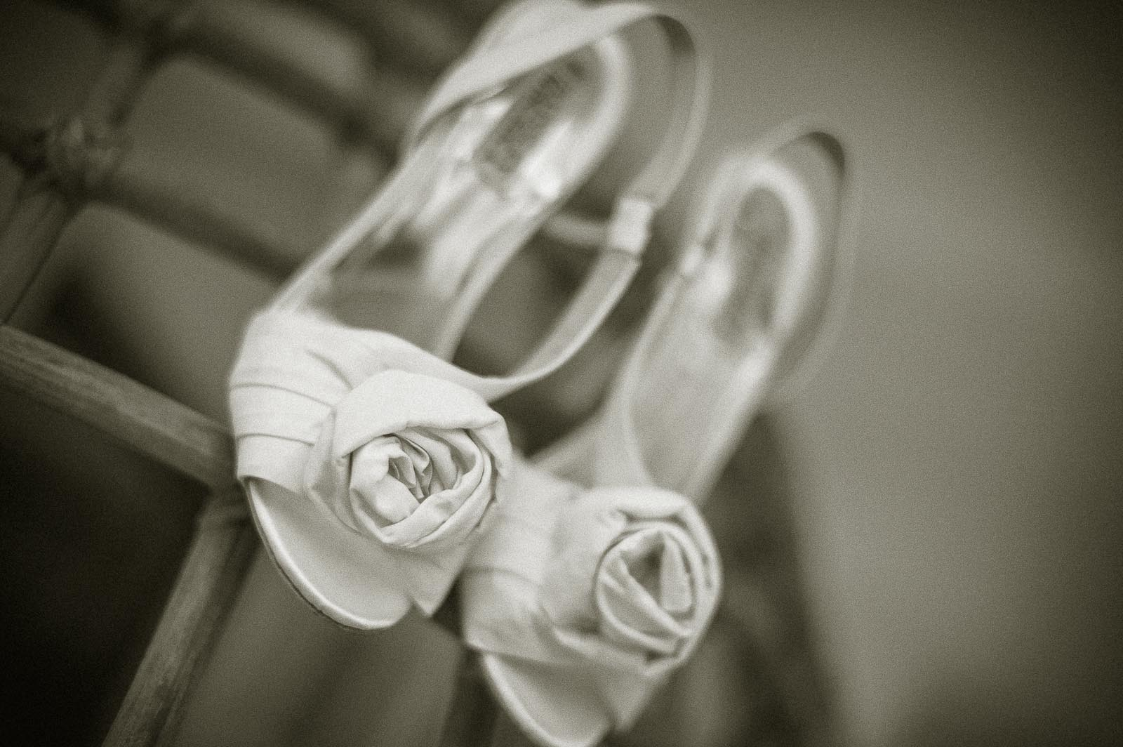 anoop-wedding-photographer-detail-bride-shoes-white-roses