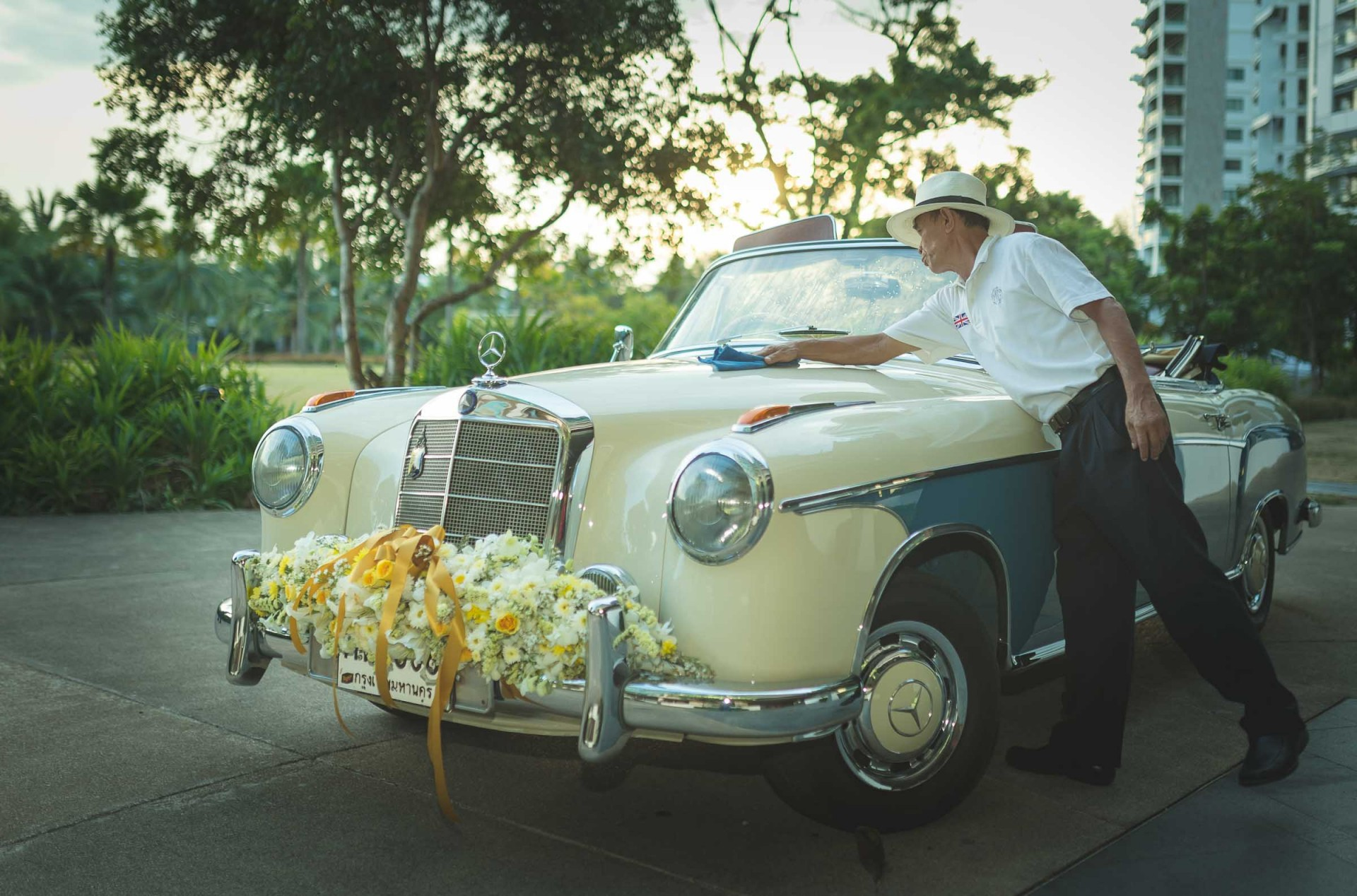 destination-Wedding-photographer-rayong-thailand-vintage-mercedes-baraat